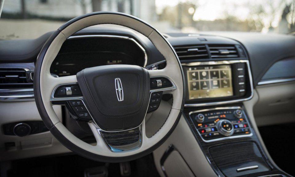 Lincoln Continental hátrafelé nyíló ajtókkal